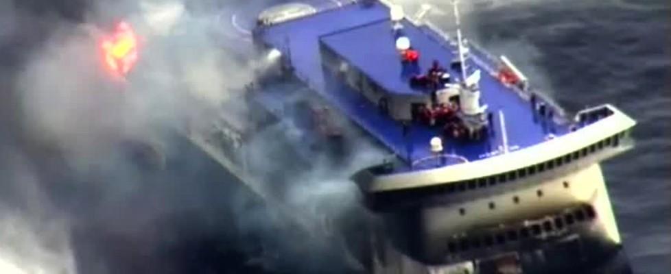Incendio traghetto: 5 morti. Passeggeri evacuati, il comandante l'ultimo a lasciare la nave