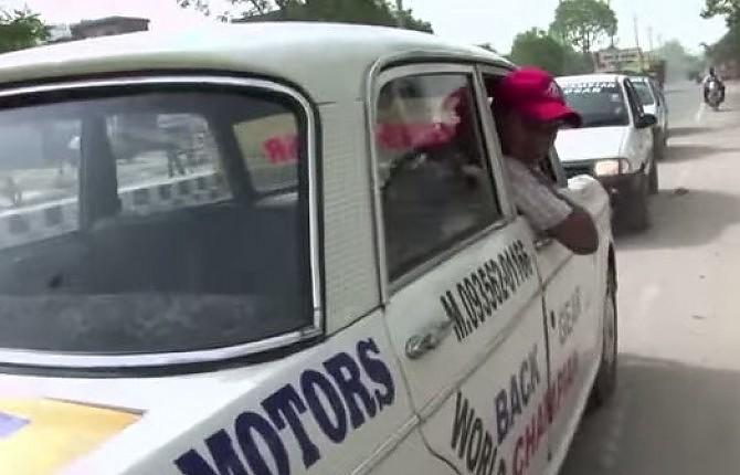 Undici anni di guida in retromarcia, in India il taxi più pazzo del mondo