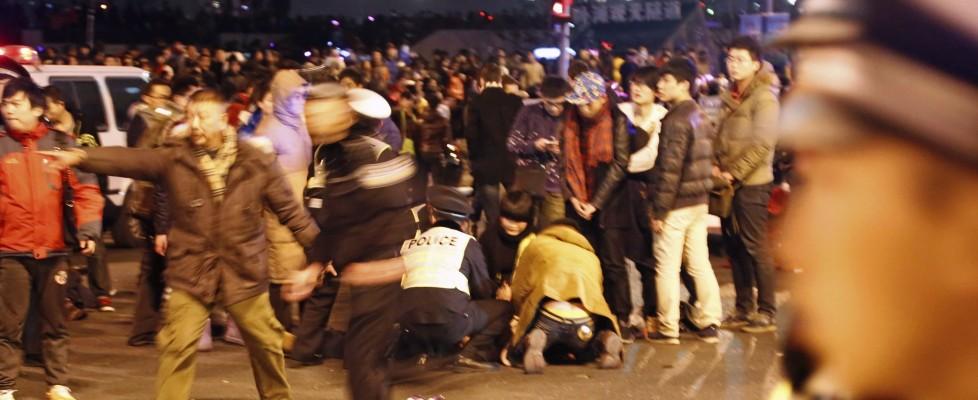 Cina, lanciano dollari falsi da palazzo: 36 morti in una calca a Shanghai