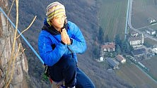 Bolzano: a strapiombo  su una fune sospesa