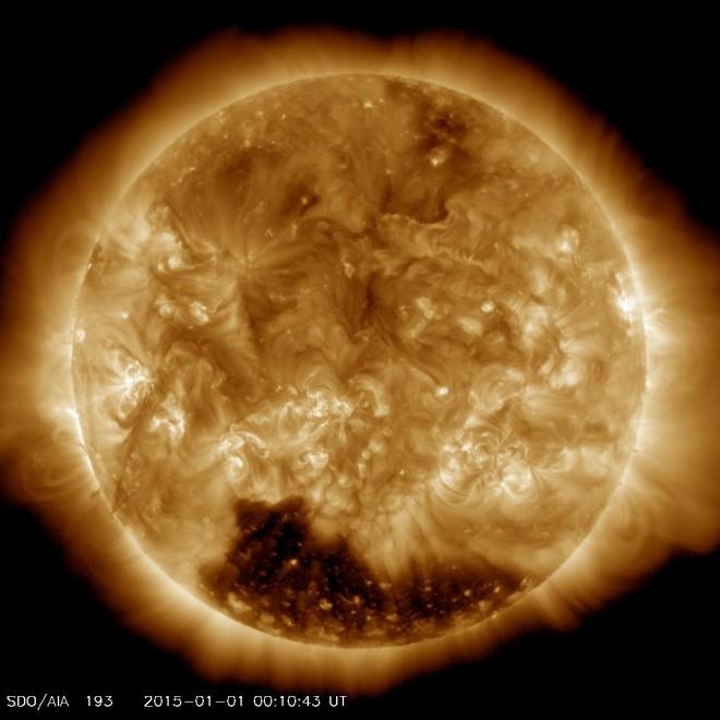 """Macchie solari: scoperto un enorme """"buco"""" in fondo al Sole"""