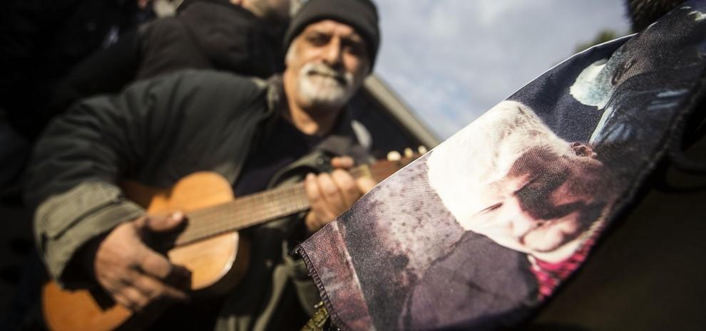 Pino Daniele, lacrime e applausi: a Roma l'ultimo saluto