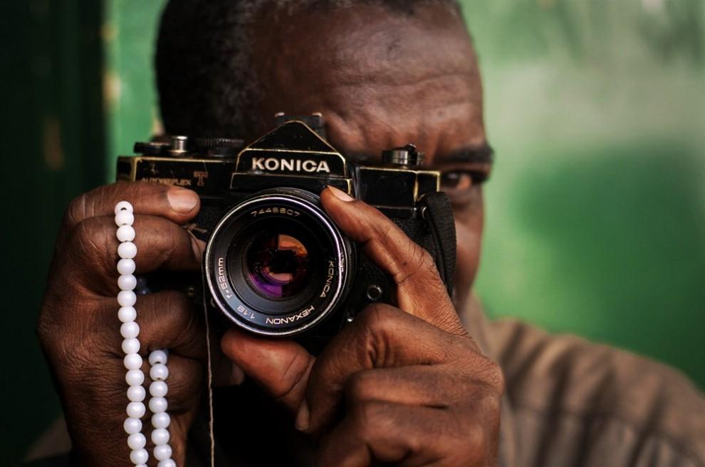Africa, quei fotografi con la macchina analogica