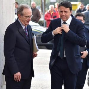 """Renzi difende il dl fisco: """"La manina è mia"""". Ma Bersani attacca: """"Più guadagni più puoi evadere"""""""
