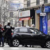 Parigi, strage Hebdo: ritrovata auto degli aggressori