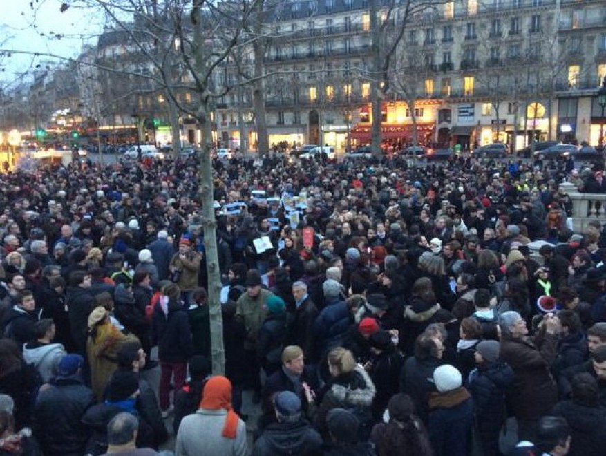 raduno con le matite alzate in Place de la République