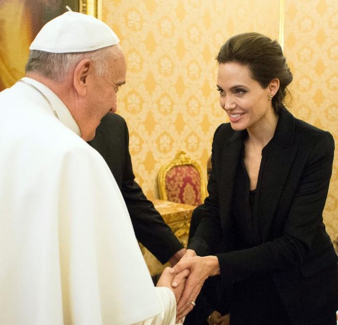 """Angelina Jolie da Papa Francesco. Proiettato in Vaticano il suo """"Unbroken"""""""
