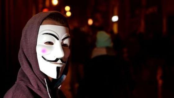 """Anonymous contro gli assassini di Charlie Hebdo: """"Non dimentichiamo, temeteci"""""""