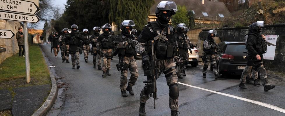 Parigi, strage al Charlie Hebdo: sospetti ancora in fuga. Senza esito ricerche in Piccardia