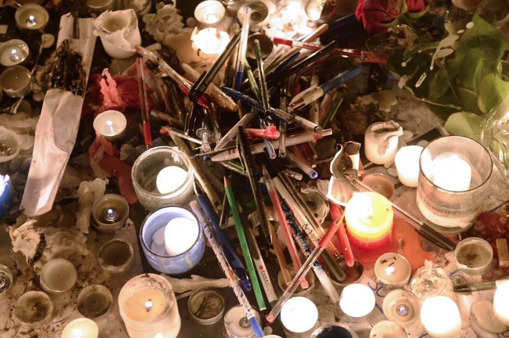 Strage Hebdo, fiori e matite: omaggio alle vittime