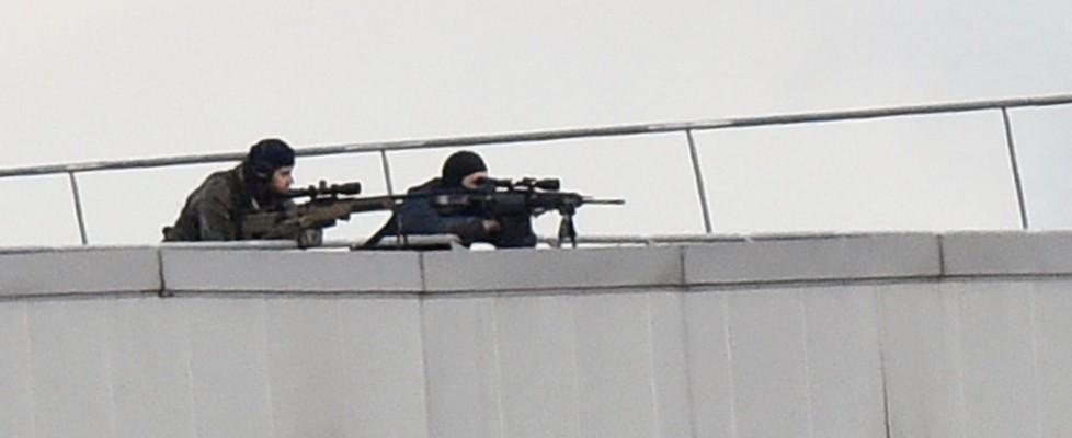Francia, doppio assedio: spari in negozio kosher a Parigi, ostaggi. Charlie, killer asserragliati a Nord