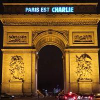 """Charlie Hebdo, """"Paris est Charlie"""": la scritta sull'arco di Trionfo"""