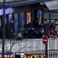 Parigi, liberati gli ostaggi: il bambino in braccio al padre