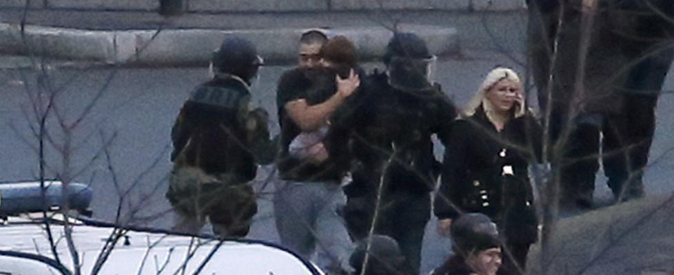 Francia, doppio blitz. A Dammartin uccisi gli attentatori di Charlie, ostaggio salvo. A Parigi morto il killer, 4 vittime tra i sequestrati