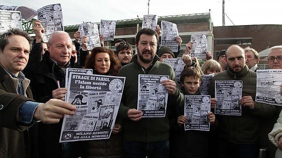 """Strage di Parigi, scontro Lega-Pd. Salvini insiste: """"Islam pericoloso, in milioni sono pronti a sgozzare"""""""