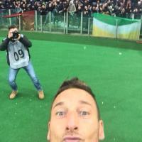 Totti, prodezza e selfie