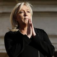 Francia, Marine Le Pen scende in piazza a Beaucaire