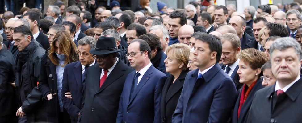 "Parigi, due milioni in piazza. Leader in prima fila. Hollande: ""Oggi capitale del mondo"""