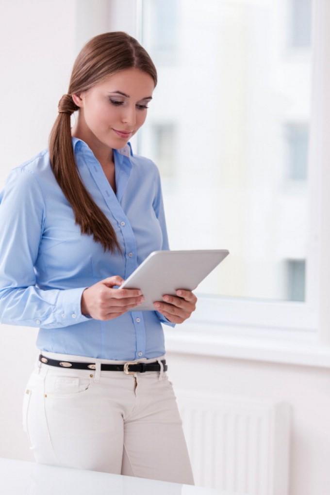 Troppe rughe sul collo? Colpa della postura da smartphone o tablet