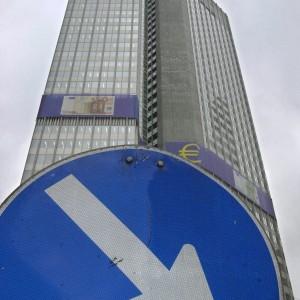 La crescita rallenta, Borse in rosso. La Corte Ue promuove gli acquisti Bce