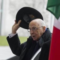 """Renzi: """"Grazie presidente"""". Grillo: """"Napolitano rinunci a carica senatore a vita"""""""