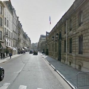 """Parigi, una decina di arresti nella notte. Ministro Giustizia: """"Possiamo disegnare tutte le religioni"""""""