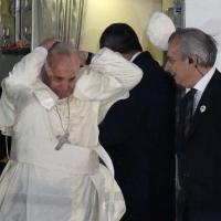 Il Papa arriva a Manila, c'è vento e la papalina vola via