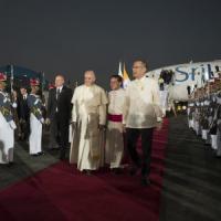 """Il papa arriva nelle Filippine: """"La corruzione toglie risorse ai poveri"""""""