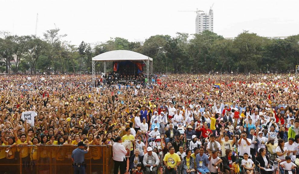 Folla oceanica per il Papa a Manila: milioni di fedeli sotto la pioggia per Francesco