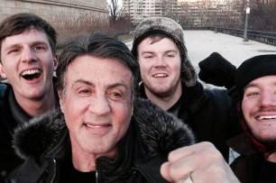 Tre ragazzi salgono la scalinata di Rocky e trovano Stallone