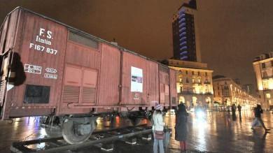 """Torino, in piazza il """"vagone di Primo Levi"""""""