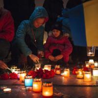 Kiev, fiaccolata per le vittime di Mariupol
