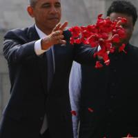 Obama in India: petali rossi per Gandhi