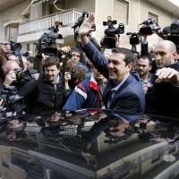 Atene, Tsipras alle urne tra gli applausi dei presenti