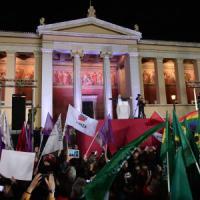 """Grecia, la festa di Syriza. Tsipras: """"Troika finita, ora soluzione anti austerità con la..."""