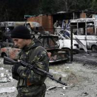 """Ucraina, continuano i bombardamenti su Donetsk. Putin: """"Kiev legione straniera della Nato"""""""