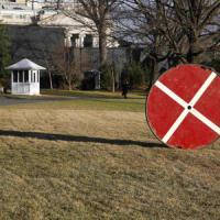 Piccolo drone viola i giardini della Casa Bianca