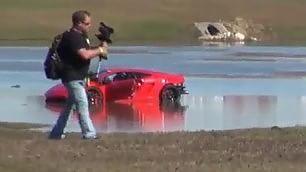 Prova in pista disastrosa Lamborghini finisce nel lago