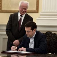 Grecia, Tsipras ha giurato: è il nuovo premier. Al governo con la