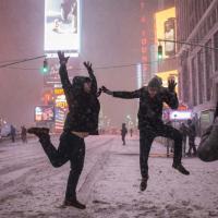 New York, la tempesta non fa paura: in strada si gioca con la neve