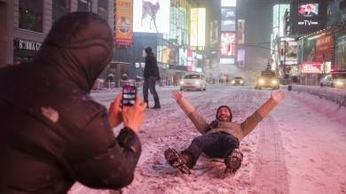 "New York chiude  per neve   foto   ""Tutti in casa""     Il timelapse       Foto  La gente si diverte   -   video"