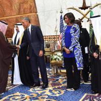 Arabia Saudita, Michelle Obama senza velo: oscurata