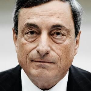 """Draghi ai banchieri: """"C'è crisi, piano coi dividendi"""". Faro sui bonus"""