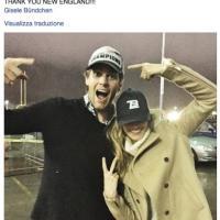 Nfl, il mondo di Brady sui social: Gisele Bundchen, lo stadio e quando vestiva come Joe Montana
