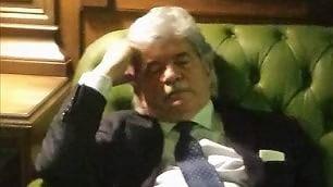 Quirinale, si vota per il presidente e Antonio Razzi si addormenta