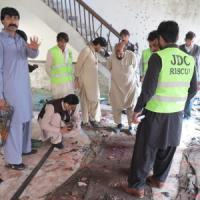 Pakistan, attentato in una moschea sciita del Sud: almeno 55 morti