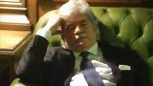 Razzi vota e si addormenta    Foto  Il pisolino a Montecitorio