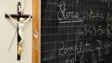 Il prof toglie il crocifisso dall'aula: punito