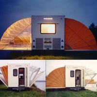 Cucina e camera da letto a sorpresa: il camper è una fisarmonica
