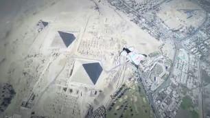In wingsuit dai 2mila metri la vista è super: ecco le piramidi
